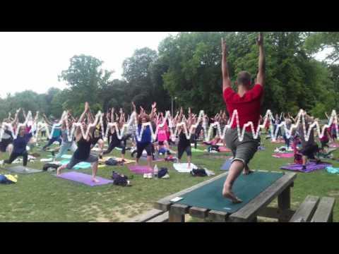 Un cours de yoga géant à la citadelle de Lille