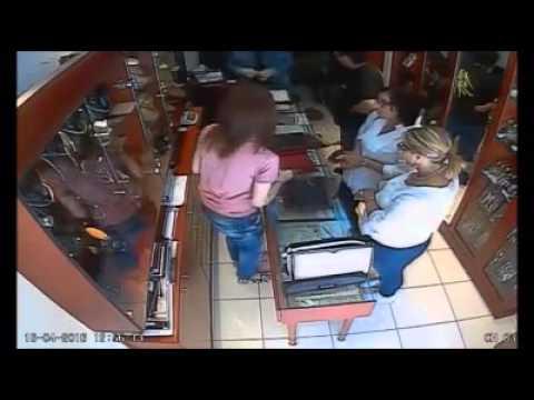 Θρασύτατη ληστεία σε κοσμηματοπωλείο στη Λάρισα