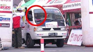 Pembalap Cewek Berhijab, slalom Nge-Drift NGESOT Mobil PICK UP, Keren (Pembalap Wanita Indonesia)