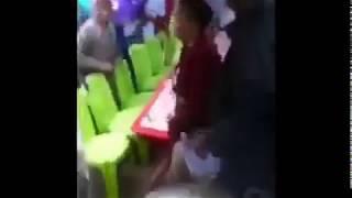 Mdada  aliyevaa  kimini  avuliwa  nguo  mbele  ya  umati  wa watu