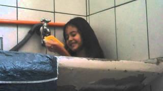 Maria Eduardo tomando banho no tanque!
