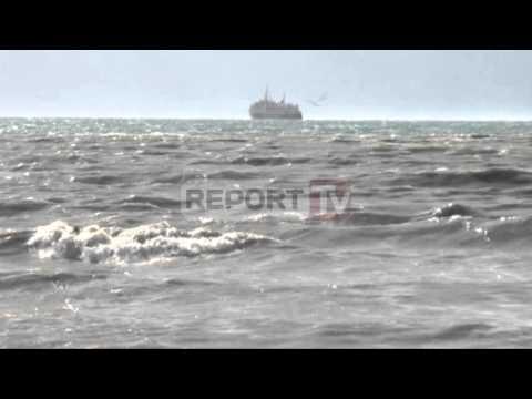 Report TV Dallgët 6 ballë pezullohet lundrimi detar për tragetin Vlorë Brindizi