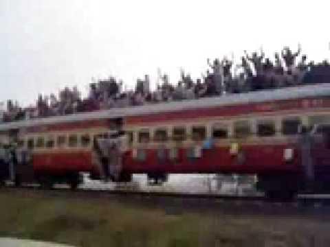 Hanya di INdia cara dan gaya menaiki keretapi