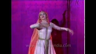 Indian dancer performs Mujra dance on 'Inhi Logon Ne'