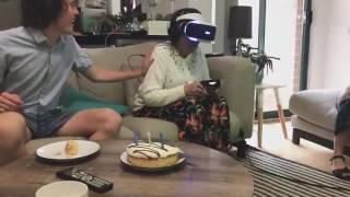 رد فعل عجوز ترتدي نظارة الواقع الافتراضي لأول مرة