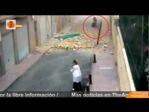 Una cámara graba como cae un edificio sobre una mujer y sus 2 hijas en Lorca Terremoto