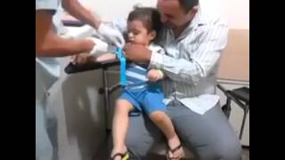 niño se ríe. por que le aplican una inyección