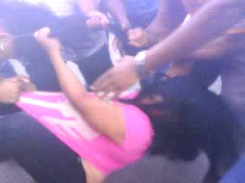 Dos mujeres peleando en la esq. del parque el salcedo. encarpeta