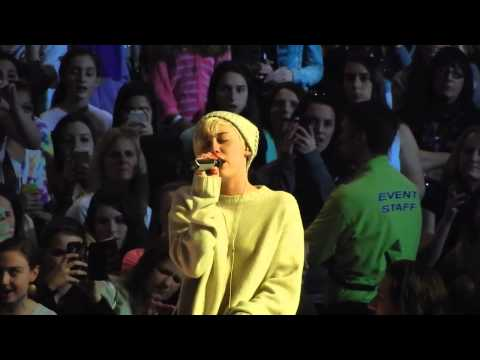 MILEY CYRUS CRYING ON STAGE -