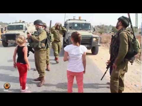 طفلة فلسطينية تواجه جنود الاحتلال النبي صالح 2 11 2012