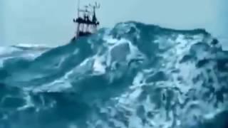 امواج البحر كالجبال سبحان الله