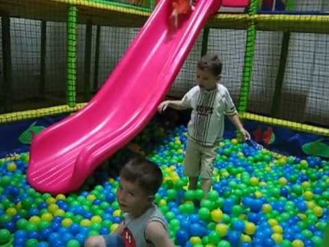 femijet duke luajtur me topa