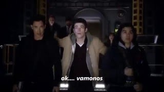 The Flash 2x13 Escena del viaje a Tierra 2 Supergirl, Flash 90's, Connor Hawke, Jonah Hex, y mas)