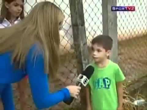 Repórter faz pergunta idiota e pequeno troll não perdoa