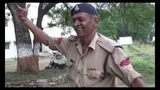 शराबी पुलिस वाला कैमरा के सामने गा रहा है फिल्मी गाने
