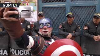 """احتفالات في شوارع البيرو بـ """"يوم المهرج"""""""