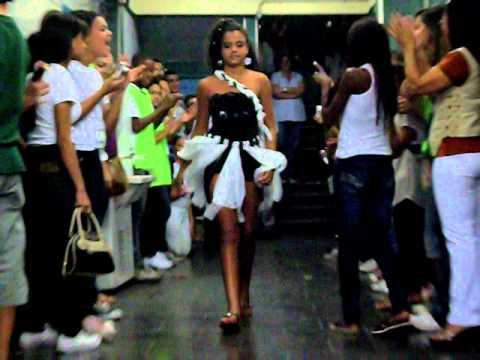 Desfile de roupas recicladas