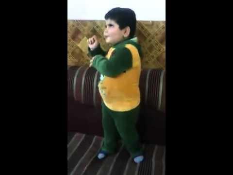 Arapça Şarkıyla Oynayan Küçük Çocuk