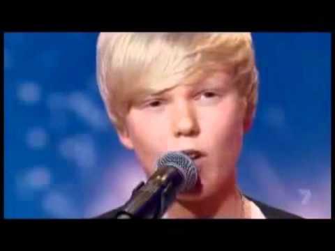 Garoto de 14 anos resolve cantar Whitney Houston em show de talentos e