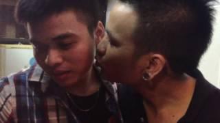 Đàn ông đẹp đã hiếm - giờ chúng còn hôn nhau