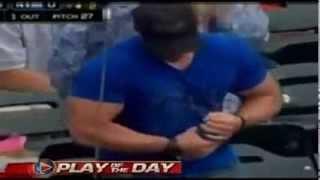 شكون غال أنا ههههههه Muscular Fan Struggles To Open Water Bottle