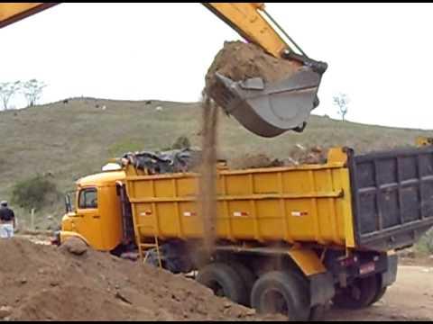 Escavadeira Hyundai 210 enchendo caminhão