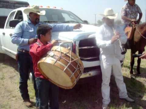 los tamborileros de linares Milo y Keven Carrillo