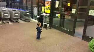 Hayatında ilk kez otomatik kapı gören bebek