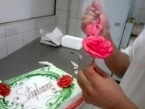 Fábio G Carvalho ensina como fazer uma rosa de chantilly