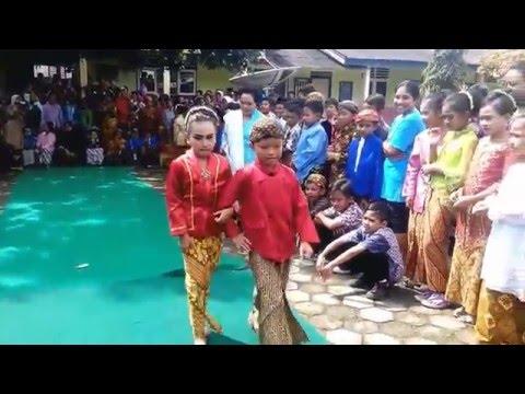 [Funny Video] Ekspresi Lucu Siswa SD Memperingati Hari Kartini