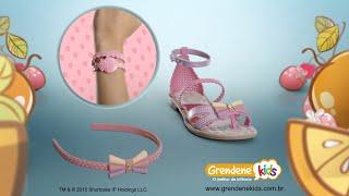 A dica de moda agora é... tiara e pulseira com sandália!
