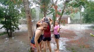 Momento em família na chuva hururu
