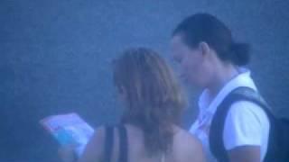 lesbica seduzindo mulher na parada de onibus