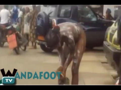 Cameroun Une femme complètement nue prend son bain dans la rue