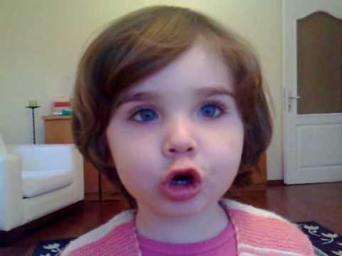 Zehra Mini mini bir kuş donmuştu şarkısını söylüyor