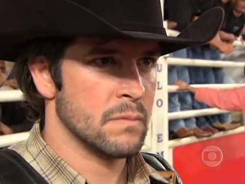 Murilo Benicio monta o boi Bandido e sofre um acidente