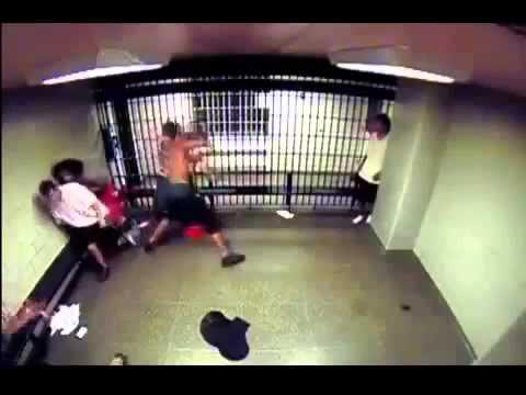 increible pelea en la carcel