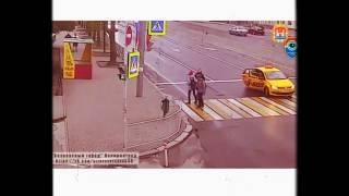 صيد الكاميرا ... شاب ضخم يصارع ثلاثة على الطريق