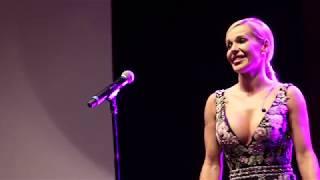 Doda śpiewa Niech żyje bal na urodzinach Party (Zobacz miny celebrytów!)