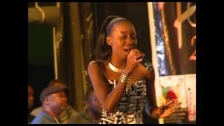 L'artiste Denise NAAFA se produit devant le public du FENAC à Yaoundé.