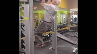90 year old man   راجل عجوز في الجيم انظر ماذا يفغل