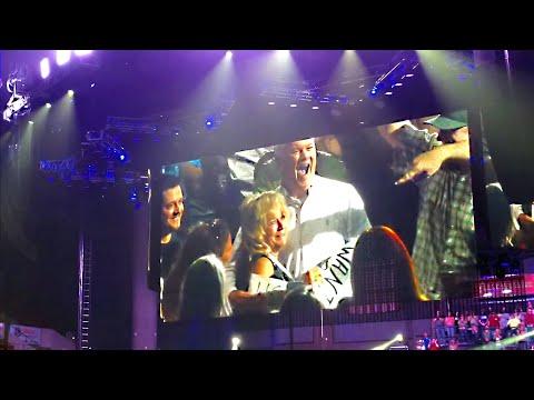 Garth Brooks stops concert after seeing a gentlemen s sign