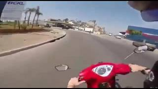 Moto choca con un auto - VIDEO
