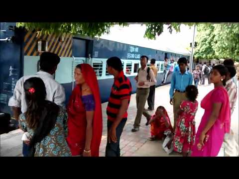 Xxx Mp4 IRI Crezy Crowd Trying To Board Indian Railway Train Faizabad Paryag Passnger Train 3gp Sex