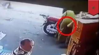 رجل مشرد يقرص سيدة في مؤخرتها فتوجه له الأخيرة الضربة القاضية