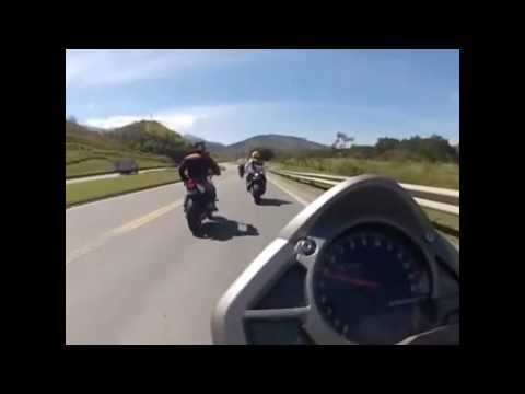 Motos Persiguiendo a un FERRARI 458 ITALIA a Gran Velocidad en Carretera