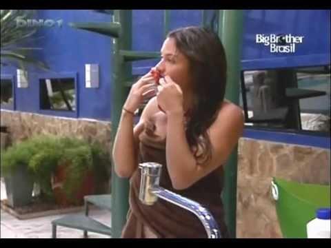 Big Brother Brasil 11 oops Maria Melilo tomando banho e paga peitinho denovo