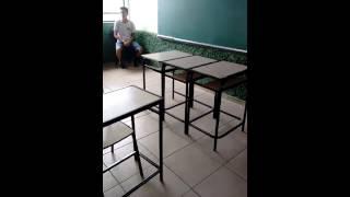 Pulando carteiras  na escola e caindo