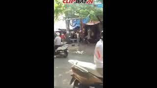 Clip 2 thanh niên vác 'hàng' phang nhau trên phố Hà Nội vì va chạm xe