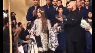 Actress Reema Khan Shoes Heel Broken During Ramp Walk Pkg By Mukarram Kaleem City42